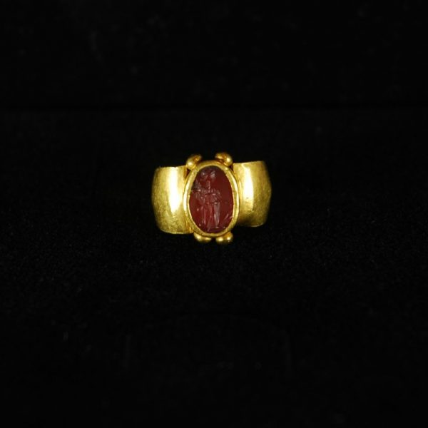 Goldring with Fortuna Intaglio