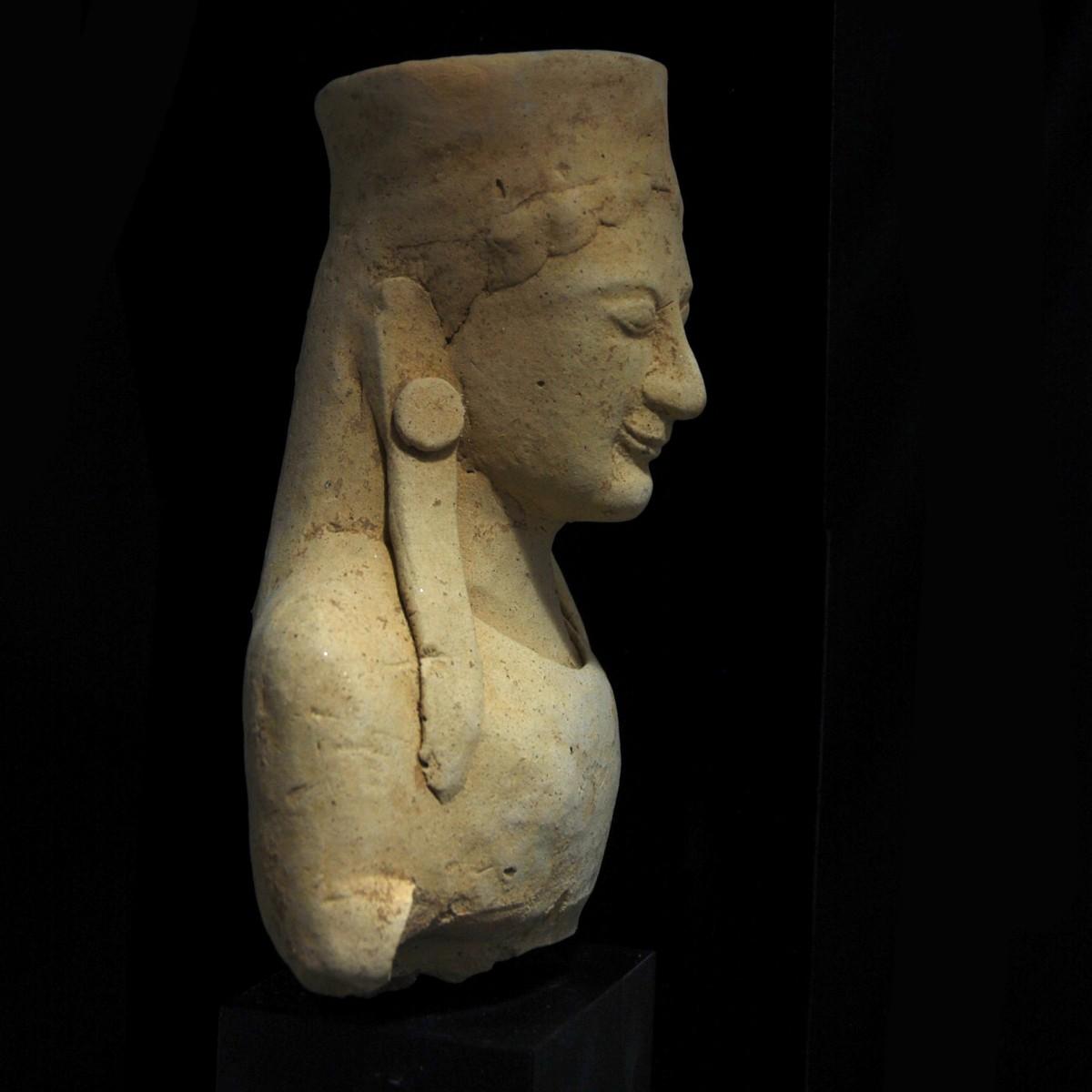 Archaic greek terracotta bust rechts