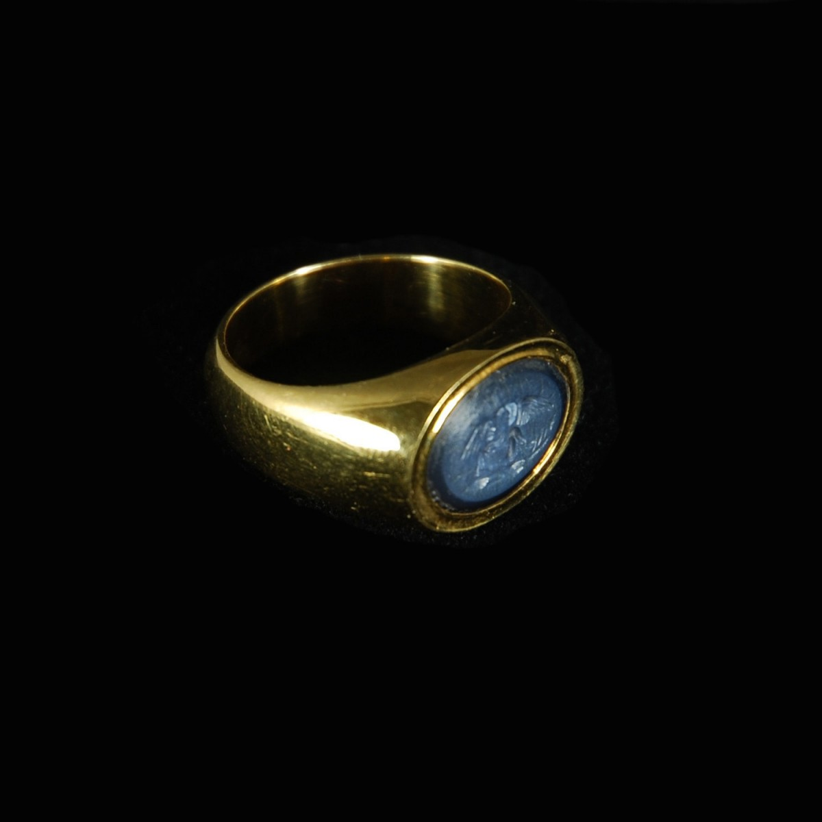 Goldring with Roman intaglio Leda and Swan side