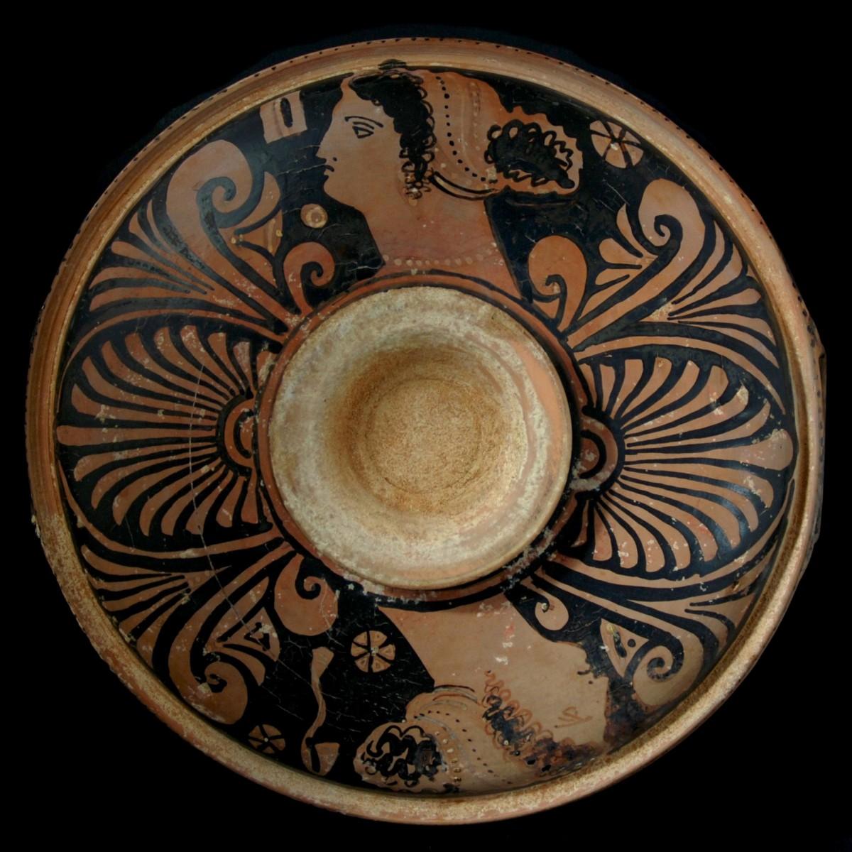 Apulian knob handled patera painter of Vatican 24 underside