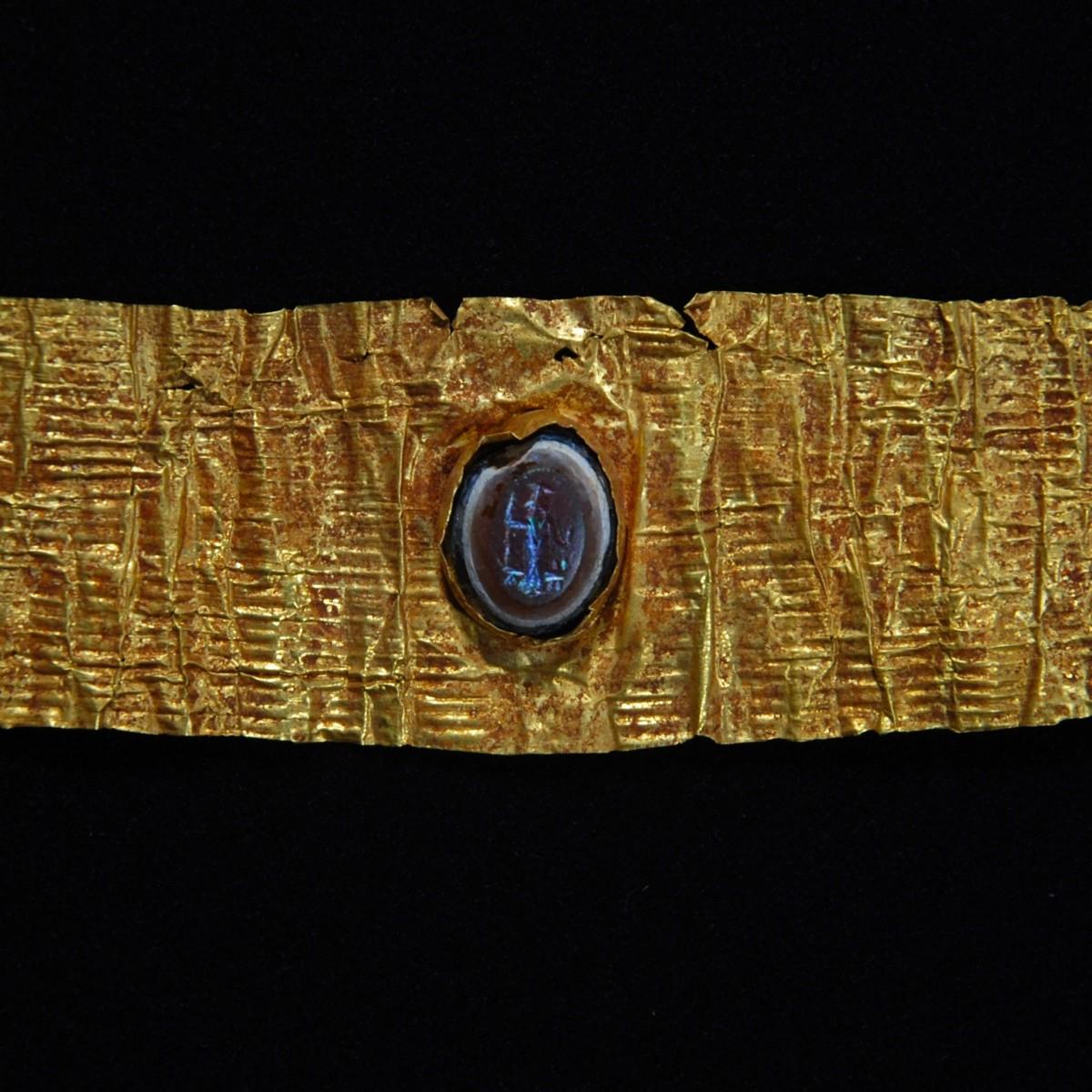 Roman Gold diadem with an intaglio of Jupiter Heliopolitanus Detail