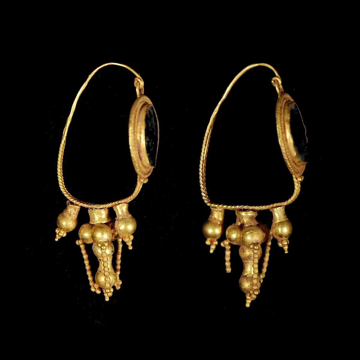 Eastern Roman gold earrings side